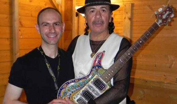Santana suona la chitarra di ceramica realizzato da Giovanni Andreani, artista di Deruta